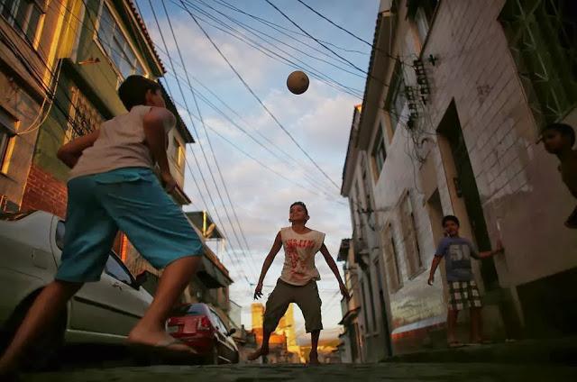 jugando-al-futbol-en-favelas-rio