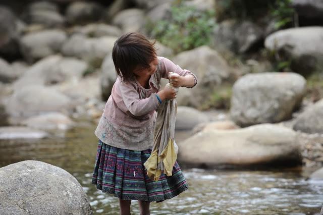 nina-lavando-ropa-vietnam
