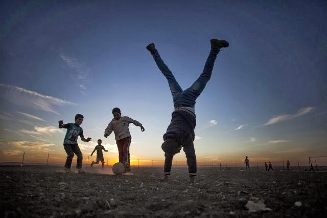 ninos-jugando-al-futbol-en-campo-refugiados-sirio