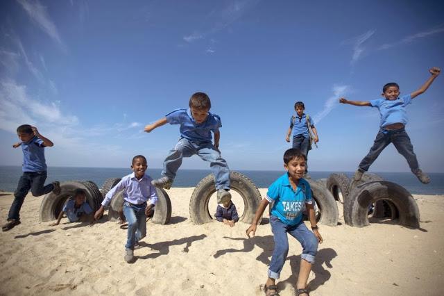 ninos-palestinos-jugando-en-playa-de-gaza