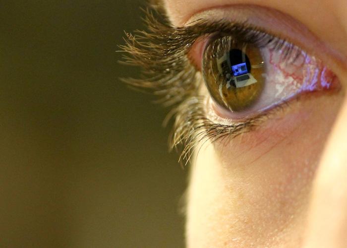 ordenador-reflejado-en-el-ojo