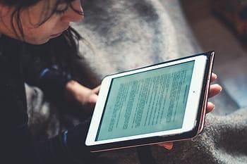 Una joven lee un libro digital en Sevilla el pasado 20 de mayo.